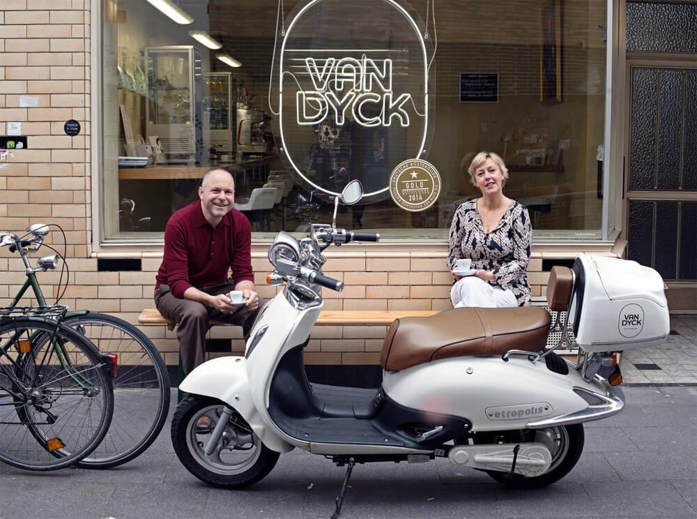 Martin Keß und Monika Linden vor der Van Dyck Espressobar Ehrenfeld